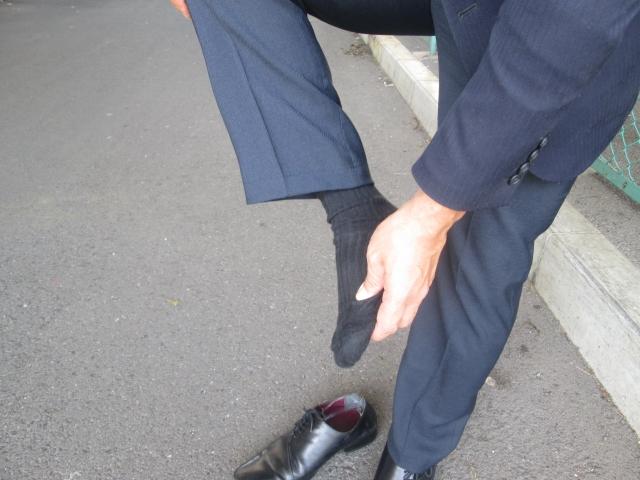足の臭いを気にする男性